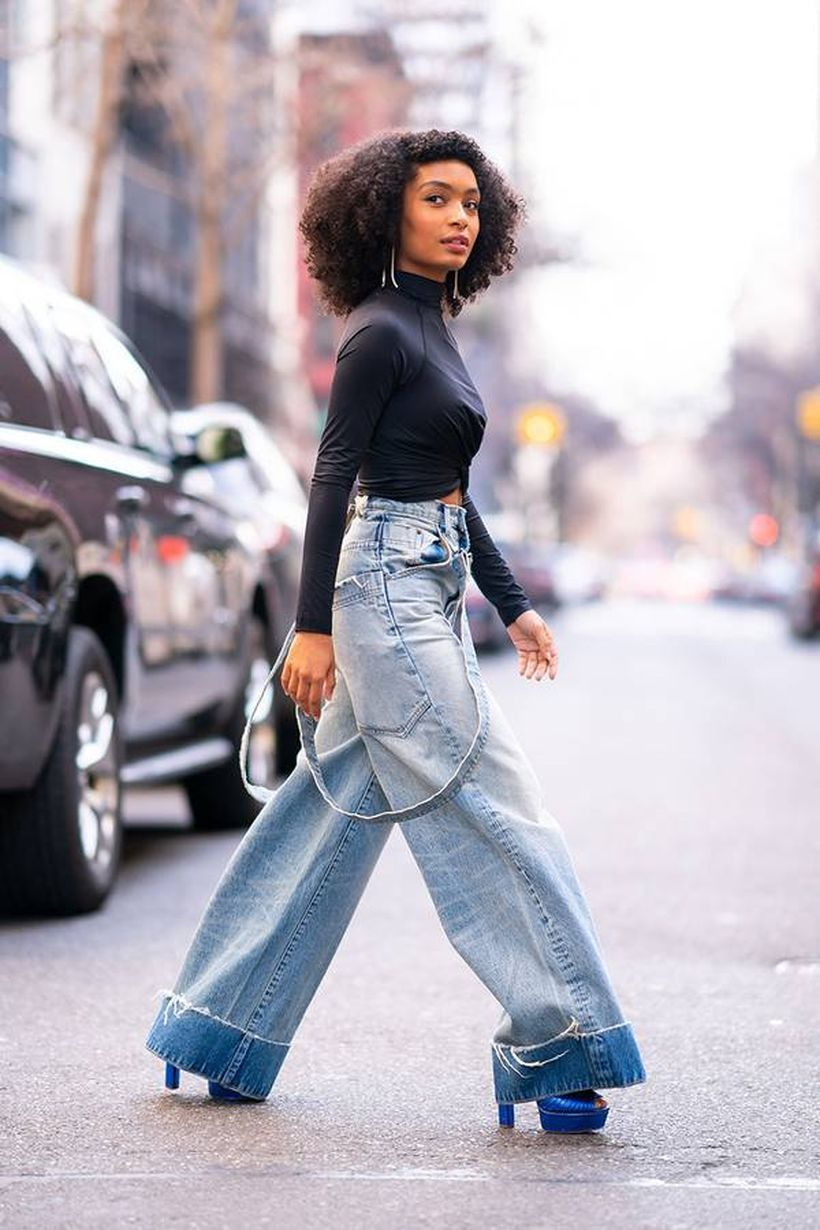 Black t-shirt with wide leg denim trousers and blue high heels